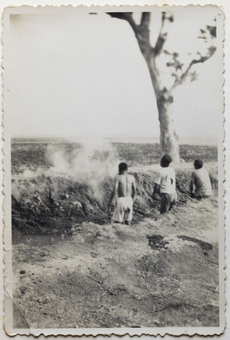 Drie Indonesiërs worden beschoten. Beeld Album Jacobus R.