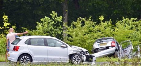 Auto in de sloot en inzittenden gewond bij botsing in Tilburg