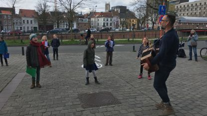 Creatief met corona: Wim Claeys laat kinderkoor De Stemband buiten optreden, met een meter afstand, en livestreamt via Facebook