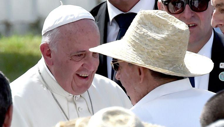Paus Franciscus, favoriet voor de Nobelprijs voor de Vrede, wordt op 21 september in Havana begroet door de Cubaanse president Raúl Castro. Beeld afp
