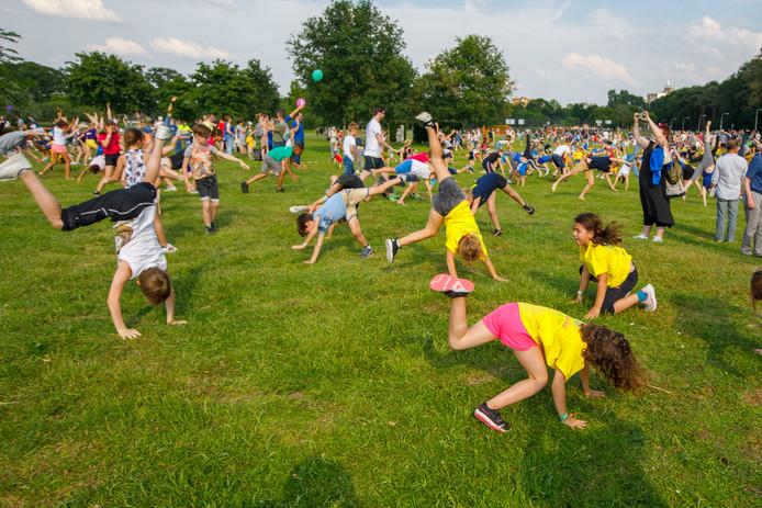 Ruim 600 deelnemers deden mee aan de recordpoging radslag maken in het Reeshofpark.