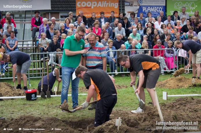 Traditiegetrouw wagen de Luttenbergers zich ook aan het gatgraven.