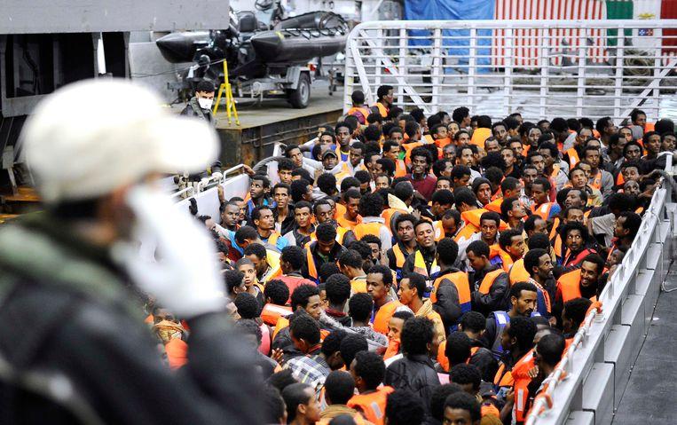 Afrikaanse migranten op een van de vijf Italiaanse marineschepen van Operatie Mare Nostrum.