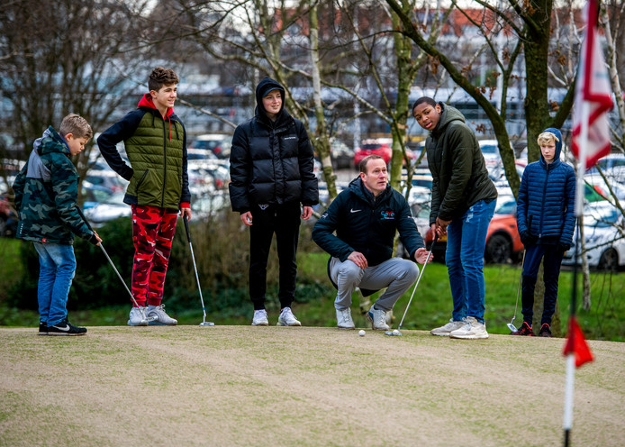Leerlingen van het Thorbecke College krijgen golfles.