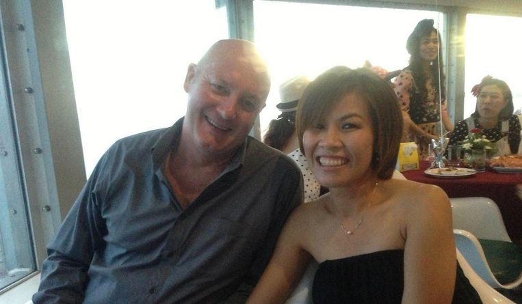 Voormalig coffeeshopbaas Johan van Laarhoven met zijn Thaise vrouw.
