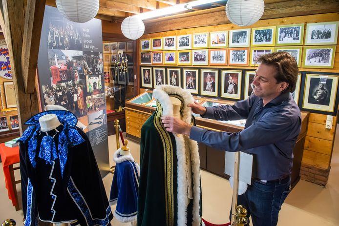John Vester, secretaris van Stichting Ulvenhouts Carnaval, hangt de prinsencape nog even recht in de expositieruimte van heemkundemuseum Paulus van Daesdonck. Zondag 6 december opent de tentoonstelling 'Vijf maol elluf, ut ging vanzelluf'.