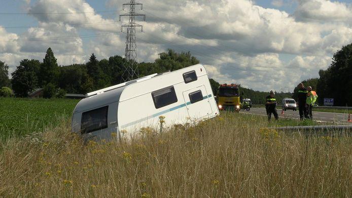 Een caravan is losgeraakt en in de berm van de A18 beland bij Wehl .