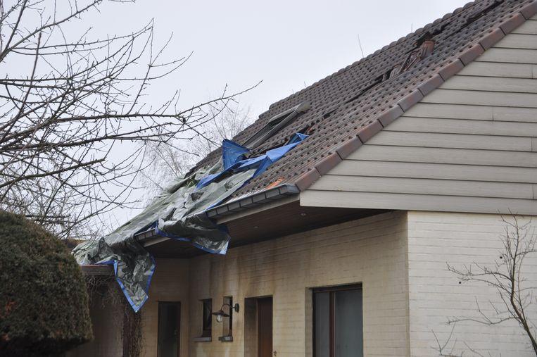 De brandweerman zakte door een lichtstraat in het dak tijdens de bluswerken.