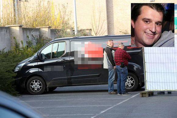 Het lichaam van Frederik Heyvaert werd gevonden in de laadruimte van deze bestelwagen. Die stond geparkeerd op de parking van een leegstaand bedrijfspand in Merchtem.
