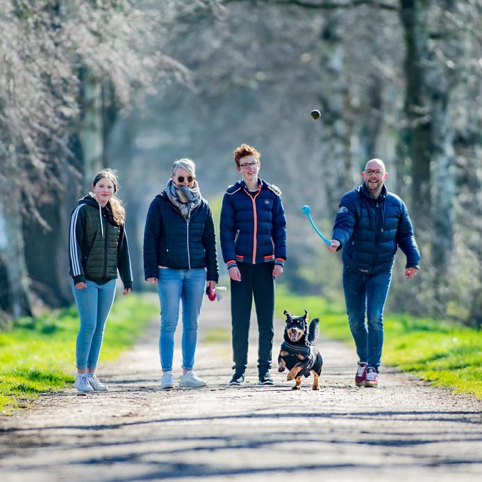 """Lennard Keulen en Nicole Bazuin maken een paar keer per dag - samen met hun kinderen Daan en Suus en hond Teun - een wandeling. ,,Zeker in deze tijd voelen we sterk de behoefte om even naar buiten te gaan"""", aldus Keulen."""