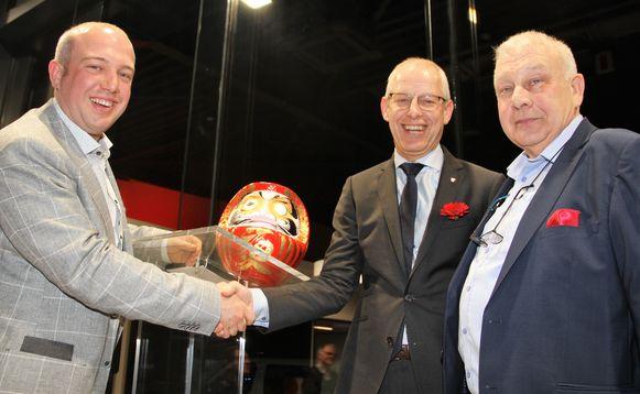 CEO Koen Maes van Nissan Benelux met zaakvoerders Eddy en Gilles Verhulst