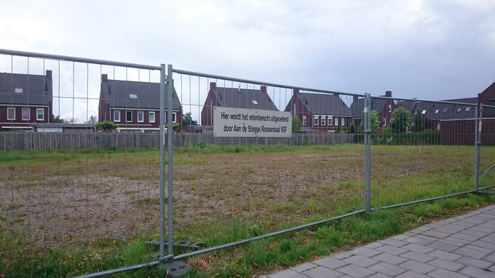 Tussen de woningen van het Couveringe Park liggen braakliggende gronden.
