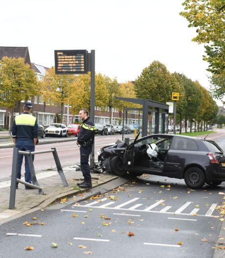 Automobilist botst tegen bushokje en wordt aangehouden