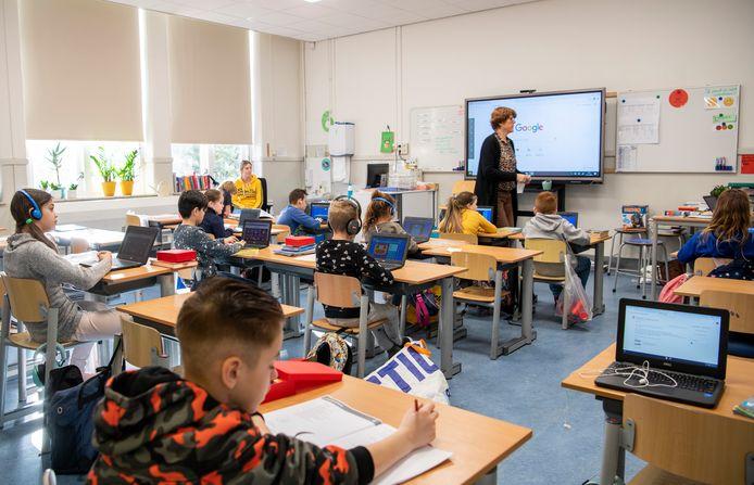 Zo'n 120 leerlingen gaan dagelijks naar de noodopvang van de Emmaschool in Apeldoorn. Dat is de helft van het totale aantal leerlingen.