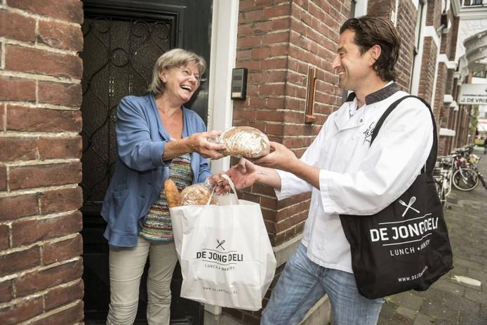 Bakker Dennis de Jong bezorgd brood aan huis in heel Nederland.