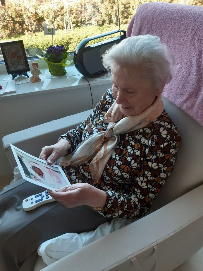 Deze bejaarde kon dankzij een foto van Malumax voor het eerst haar pas geboren kleinkind zien.