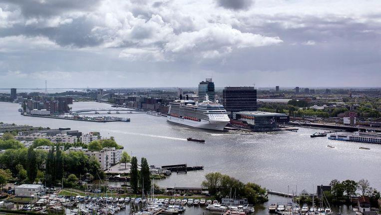 Een cruiseschip ligt aangemeerd bij de passagiersterminal naast het Amsterdam Centraal Station. Beeld Hollandse Hoogte