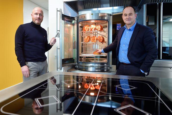 Financieel directeur Ruud Geurts (l) en algemeen directeur Laurens Engbers (r) bij een kipgrill van Fri-Jado.