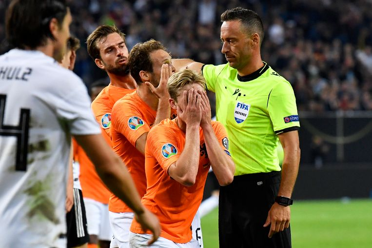 Nederlandse voetballers vechten een penalty aan. Beeld AP