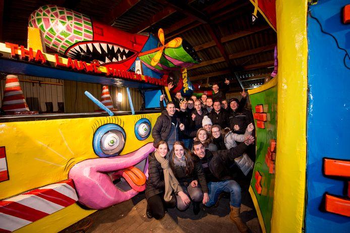 Carnavalsvereniging 'Tha Lauwemannenpappers' toont een deel van de wagen die morgen in Klarenbeek en zondag in Wilp rijdt.