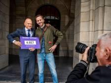 Wijbenga belooft bij ontvangst van Vuilnisbelt010-petitie: 'We halen grofvuil binnen 7 werkdagen op'