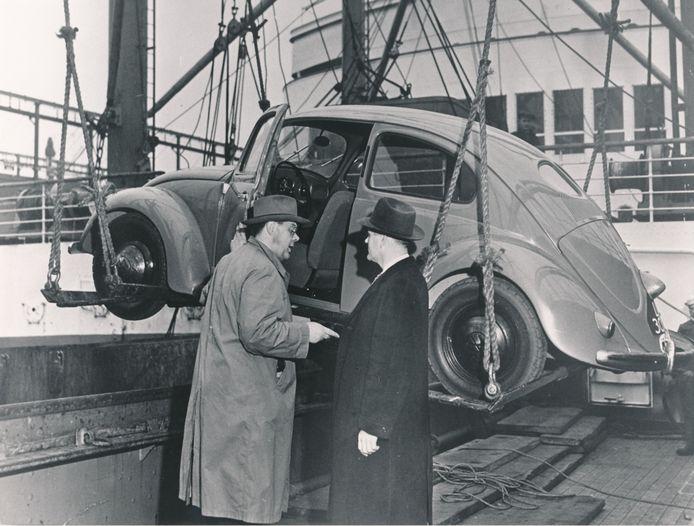 Ben Pon (links) regelde ook de export van de Kever naar Amerika