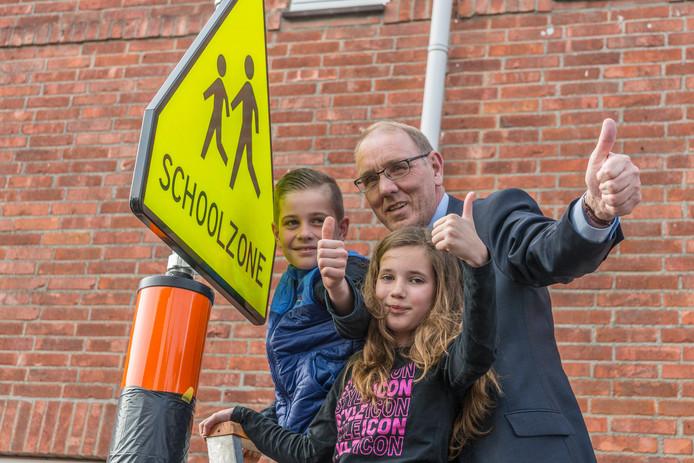 Wethouder Jaap Sinke onthulde samen met leerlingen van De Zandbaan in 2017 een schoolzone op de drukke Valckenisseweg.
