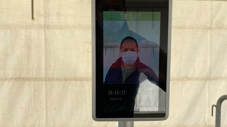 Een gezichtsscan controleert de temperatuur van de leerlingen.