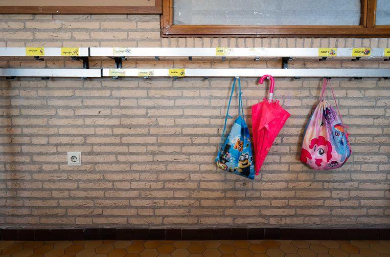 Een lege kapstok op een basisschool in Den Haag. Alle scholen en de kinderopvang gaan tot en met 6 april dicht door het coronavirus. Beeld ANP