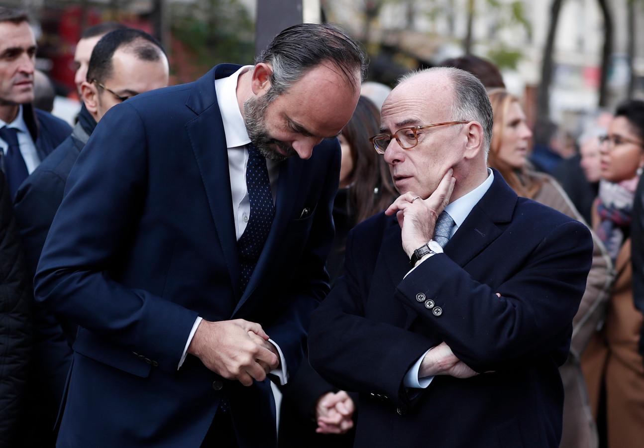 Premier Edouard Philippe in gesprek met de voormalige premier en minister van Binnenlandse Zaken, Bernard Cazeneuve.