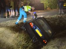 Auto rijdt in Sprundel de sloot in, inzittenden gewond