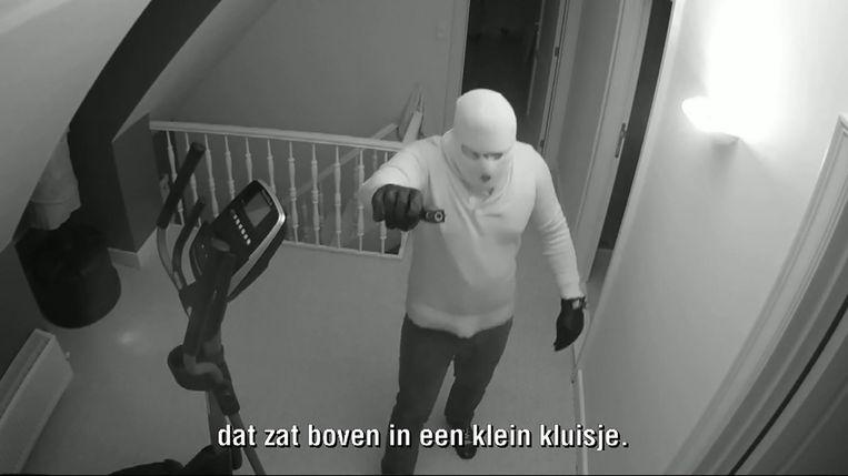 Een gangster op de bewakingscamera in het huis. Die beelden werden gisteren getoond in het VTM-programma 'Faroek'.