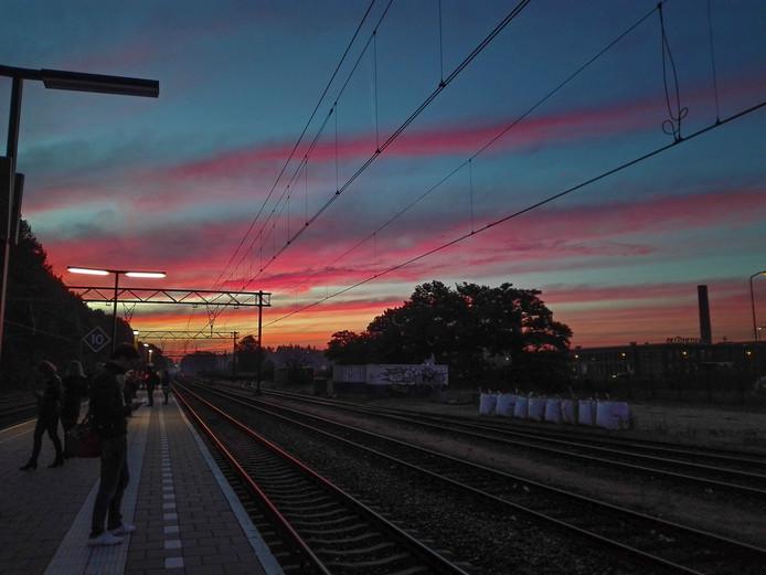 Foto ter illustratie: Wolkjes bij zonsopkomst op station Ede-Wageningen.