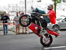 Beetje dom: motorrijder met drugs op maakt wheelie voor ogen van politie