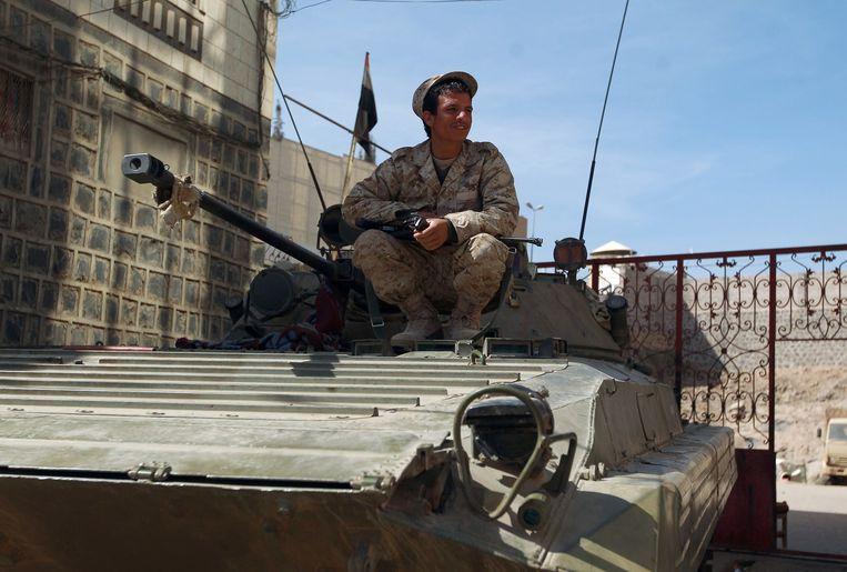 Een Houthi in legerkleding in Sanaa. Beeld afp