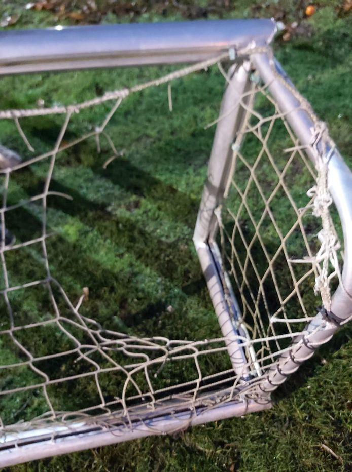 Zo zien de verplaatsbare oefendoelen van SK Eernegem er nu uit. De netten zijn gesmolten, wellicht door een aansteker.