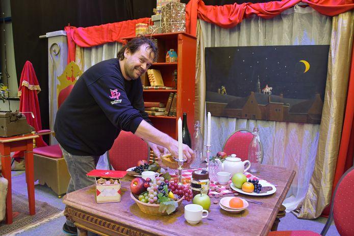 Patrick Roelands dekt de tafel van Sinterklaas in de studio in Kloosterzande, waar persoonlijke filmpjes op maat worden opgenomen.