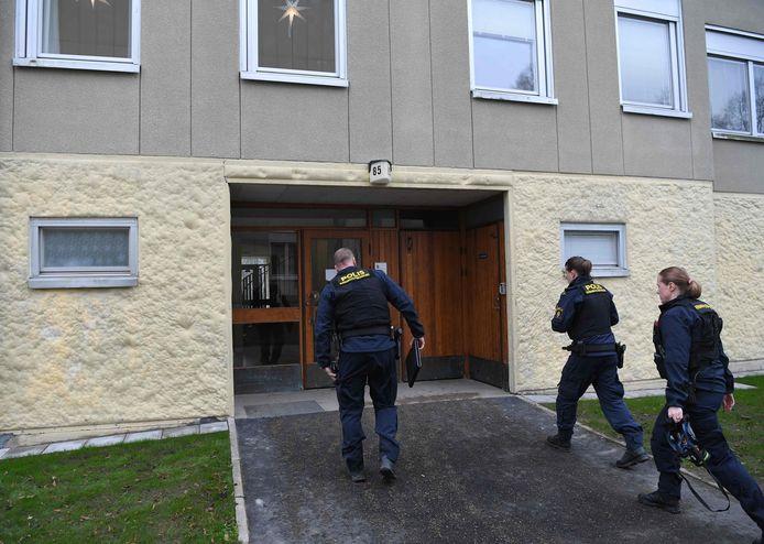 Politie aan het bewuste appartementsgebouw in Haninge, ten zuiden van Stockholm.