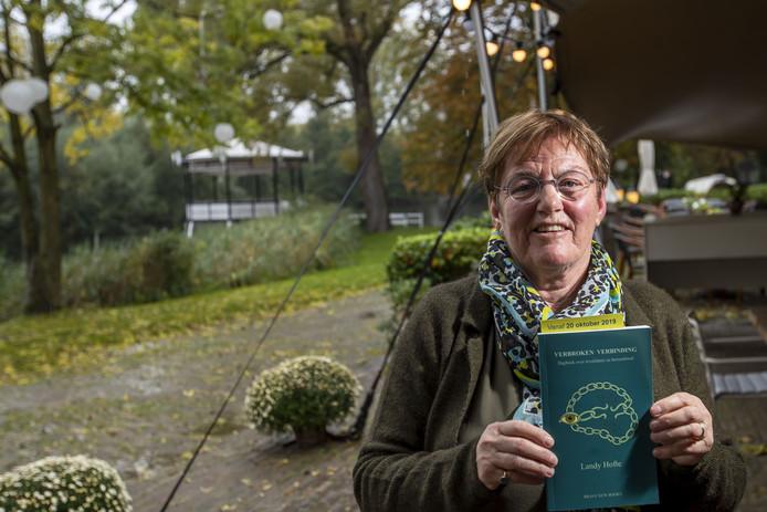 Coby Duim presenteerde het postuum verschenen boek Verbroken Verbinding van haar overleden partner Landy Hofte.