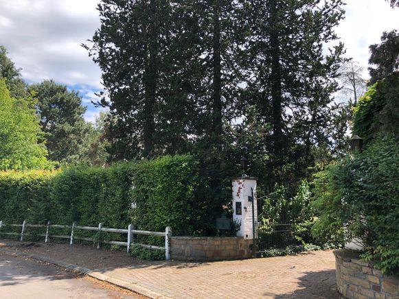 De villa is amper van de straatzijde zichtbaar.