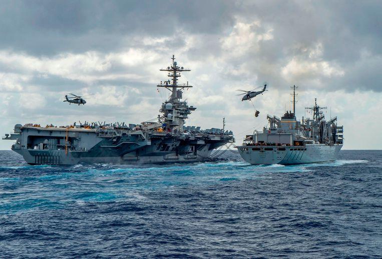 Amerikaanse schepen en helikopters op een foto van het Amerikaanse leger. Beeld AFP