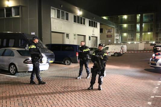 Zwaarbewapende agenten in Uitenhagenstraat