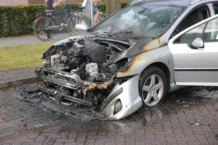 De auto vloog in brand op de Bergsebaan in Wouw.