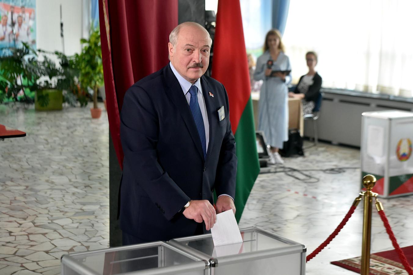 President Alexander Loekasjenko brengt zijn stem uit tijdens de verkiezingen in Wit-Rusland.