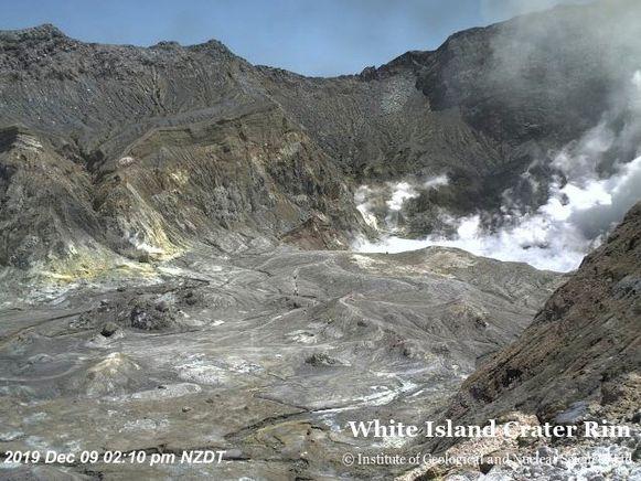 Mensen lopen rond op White Island, vlak voor de uitbarsting.