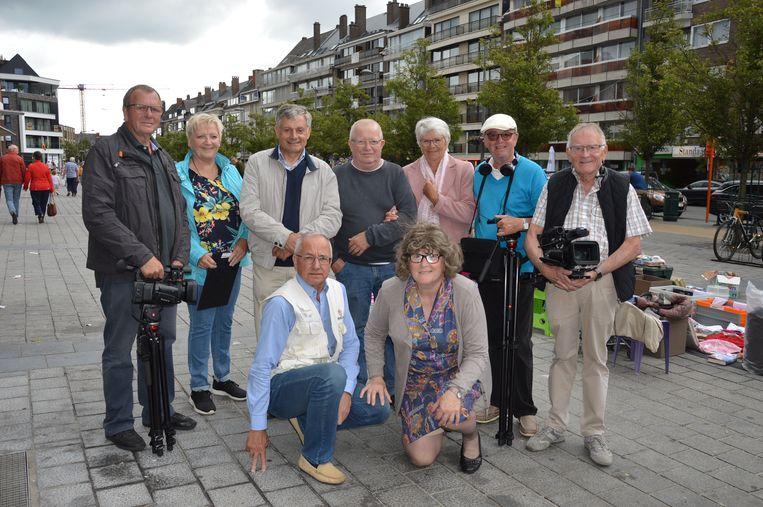 De filmploeg, acteurs en actrices voor de film 'Joske' tijdens de rommelmarkt op het Niniaplein. Filmmaker André Bosmans staat uiterst rechts op de foto.