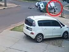 Un piéton évite de peu de se faire écraser par une voiture de police