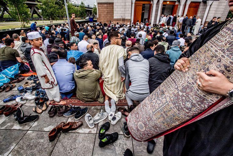Moslims komen samen voor het ochtendgebed in de Essalam moskee in Rotterdam ter afsluiting van de vastenmaand ramadan.  Beeld Hollandse Hoogte / Robin Utrecht