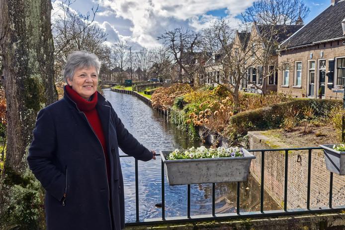 """Els Pellikaan op de Herengracht in Drimmelen. ,,We horen van mensen dat ze het concert echt gemist hebben."""""""