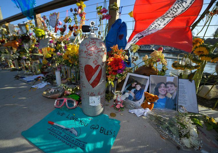 Mensen leggen bloemen in Santa Barbara om de slachtoffers te herdenken.